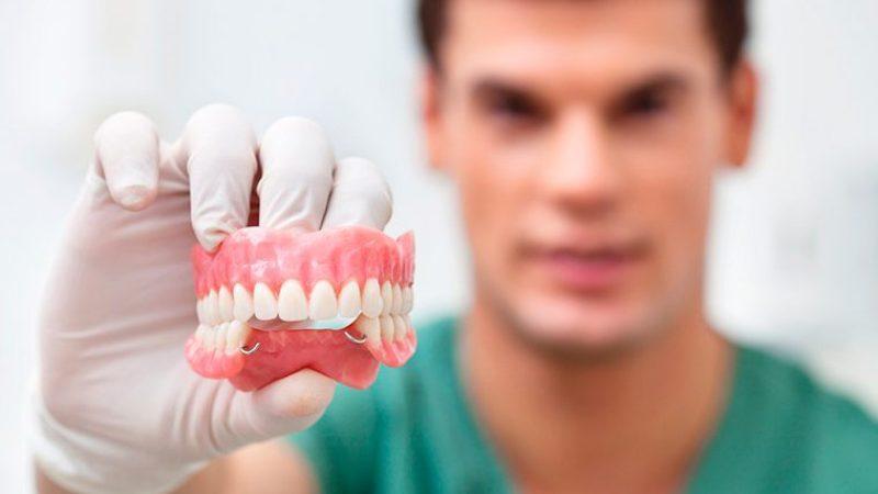 Льготное протезирование зубов для пенсионеров в Москве